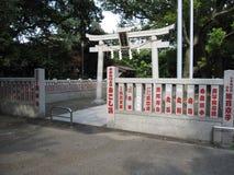 传统日本石门和篱芭在佛教寺庙 免版税库存照片