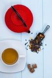 传统日本茶壶、茶、叶子和糖 免版税库存图片
