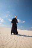 传统日本衣裳的人战士在沙漠站立 库存照片