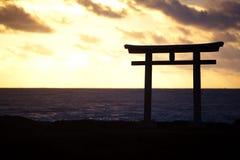 传统日本门和海日本风景  免版税库存照片