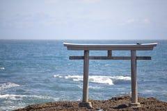 传统日本门和海日本风景  免版税图库摄影