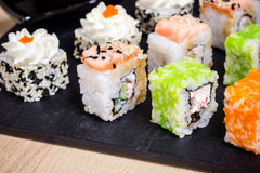 传统日本食物,混合寿司在木板设置了 免版税图库摄影