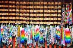 传统日语一千origami起重机和O-mikuji 图库摄影