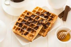 传统早餐:咖啡、比利时华夫饼干用蜂蜜和巧克力汁 库存照片