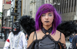 传统服装的女孩在蛇神步行圣保罗 免版税库存图片