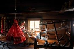 传统服装的妇女在基日岛海岛,俄罗斯上编织 免版税库存图片
