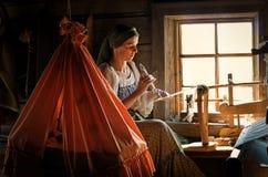 传统服装的妇女在基日岛海岛,俄罗斯上编织 库存照片