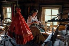 传统服装的妇女在基日岛海岛,卡累利阿上编织 免版税库存照片