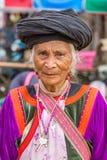 传统服装的未认出的傈僳部落妇女在Pai村庄 免版税库存图片