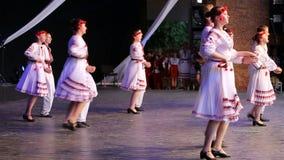传统服装的年轻乌克兰舞蹈家 库存图片