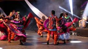 传统服装的年轻哥伦比亚的舞蹈家 免版税库存图片