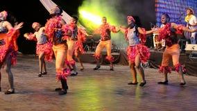 传统服装的年轻哥伦比亚的舞蹈家 免版税图库摄影