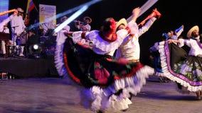 传统服装的年轻哥伦比亚的舞蹈家 股票录像