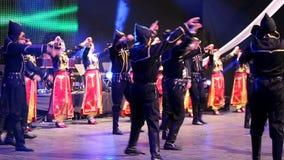 传统服装的年轻土耳其舞蹈家 免版税库存图片