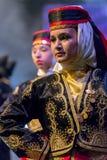 传统服装的年轻土耳其舞蹈家 免版税库存照片