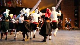 传统服装的年轻塞尔维亚舞蹈家 库存图片