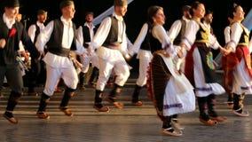 传统服装的年轻塞尔维亚舞蹈家 免版税库存图片
