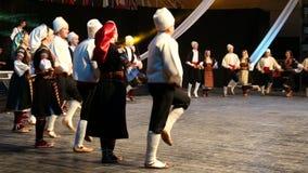 传统服装的年轻塞尔维亚舞蹈家 股票录像
