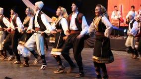 传统服装的年轻塞尔维亚舞蹈家 免版税图库摄影