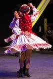 传统服装的年轻罗马尼亚舞蹈家 图库摄影