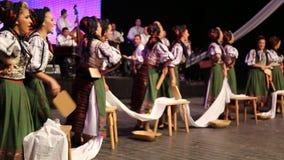 传统服装的年轻罗马尼亚舞蹈家 库存图片
