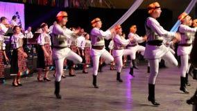 传统服装的年轻罗马尼亚舞蹈家 免版税库存图片