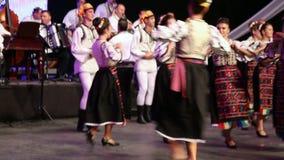 传统服装的年轻罗马尼亚舞蹈家 免版税库存照片