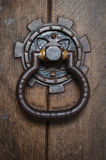 传统-期间-古董-前门敲门人 免版税库存图片