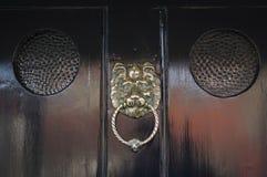 传统-期间-古董-前门敲门人 库存照片