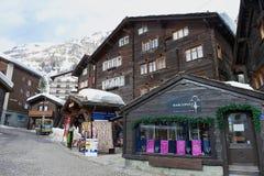 传统木大厦的外部在策马特,瑞士 免版税库存图片
