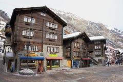 传统木大厦的外部在策马特,瑞士 免版税库存照片