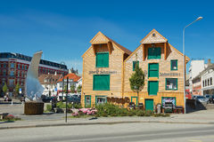 传统木大厦的外部在街市斯塔万格,挪威 免版税库存图片
