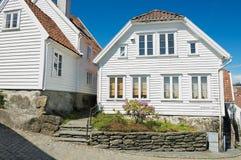 传统木房子的外部在斯塔万格,挪威 免版税库存照片