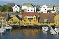 传统木房子的外部在海于格松,挪威 库存照片