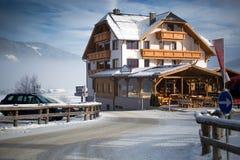 传统木瑞士山中的牧人小屋在奥地利阿尔卑斯 库存图片