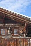 传统木瑞士房子细节在冬天,与某一de 免版税库存图片