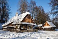 传统木用木材建造的村庄在冬天 库存图片