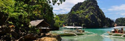 传统木菲律宾小船在一个蓝色盐水湖 免版税库存图片