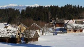 传统民间村庄建筑学在冬天,斯洛伐克 免版税库存图片
