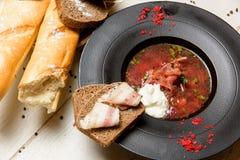 传统汤用在面包的烟肉 免版税库存图片