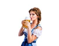 传统巴法力亚礼服饮用的啤酒的妇女 免版税库存照片