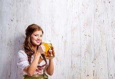 传统巴法力亚礼服饮用的啤酒的妇女 图库摄影