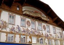 传统巴法力亚议院的惊人的壁画在加米施・帕藤吉兴 免版税库存图片
