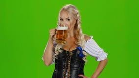 传统巴法力亚tracht饮用的啤酒和显示赞许的妇女 绿色屏幕 股票视频