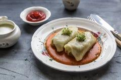传统波兰盘- golabki 圆白菜叶子充塞用肉末和米 免版税图库摄影