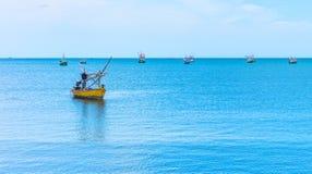 传统泰国产业性渔业的渔木小船 库存图片