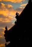 传统泰国寺庙剪影美丽的屋顶  免版税库存照片