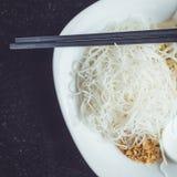 传统泰国白色面条服务用绿色咖喱 免版税库存照片