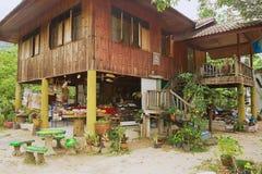 传统泰国高跷房子的外部在洛坤Sri Thammarat,泰国 免版税图库摄影