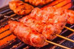 传统泰国Isaan香肠在木炭格栅背景烤了 亚洲人,泰国被称呼的街道食物开胃菜 库存图片